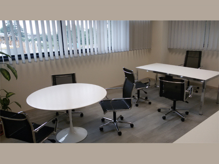 Palazzina Uffici. Nota multinazionale. Tavoli rotondi di Eero Saarinen