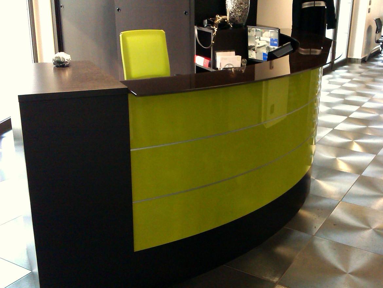 Mobili e progettazione per arredamento uffici for Mobili per reception